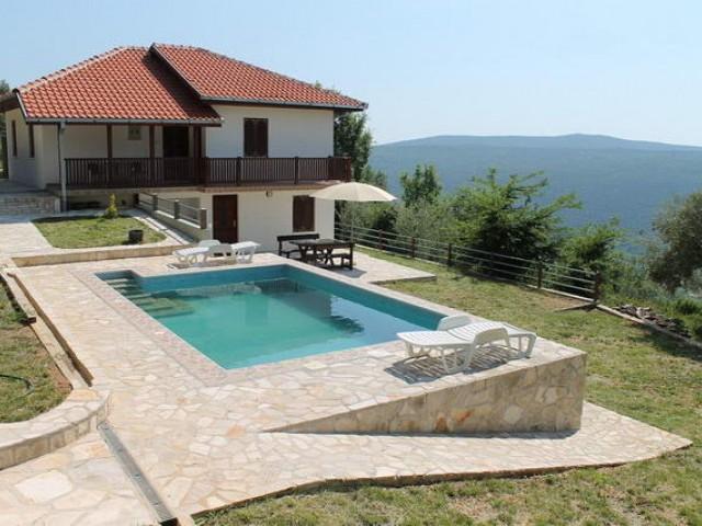 Дом с Бассейном в Братешичи