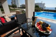 Вилла с бассейном с видом на море