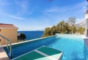 Вилла с бассейном и своим пляжем в Утехе